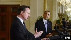 Barack Obama (d), y el primer ministro británico, David Cameron, ofrecen una rueda de prensa conjunta.