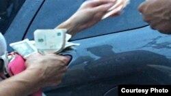 Comprador paga a funcionario (foto del autor)