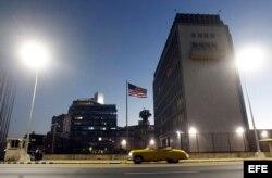 Vista del exterior de la Embajada de Estados Unidos en La Habana (Cuba).