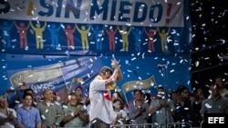"""El candidato a la presidencia de Venezuela, Henrique Capriles, saluda a cientos de seguidores durante un marcha nocturna, convocada por Capriles hoy, lunes 1 de abril del 2013, en Caracas. Capriles, a través de un comunicado, se mostró dispuesto a """"expone"""