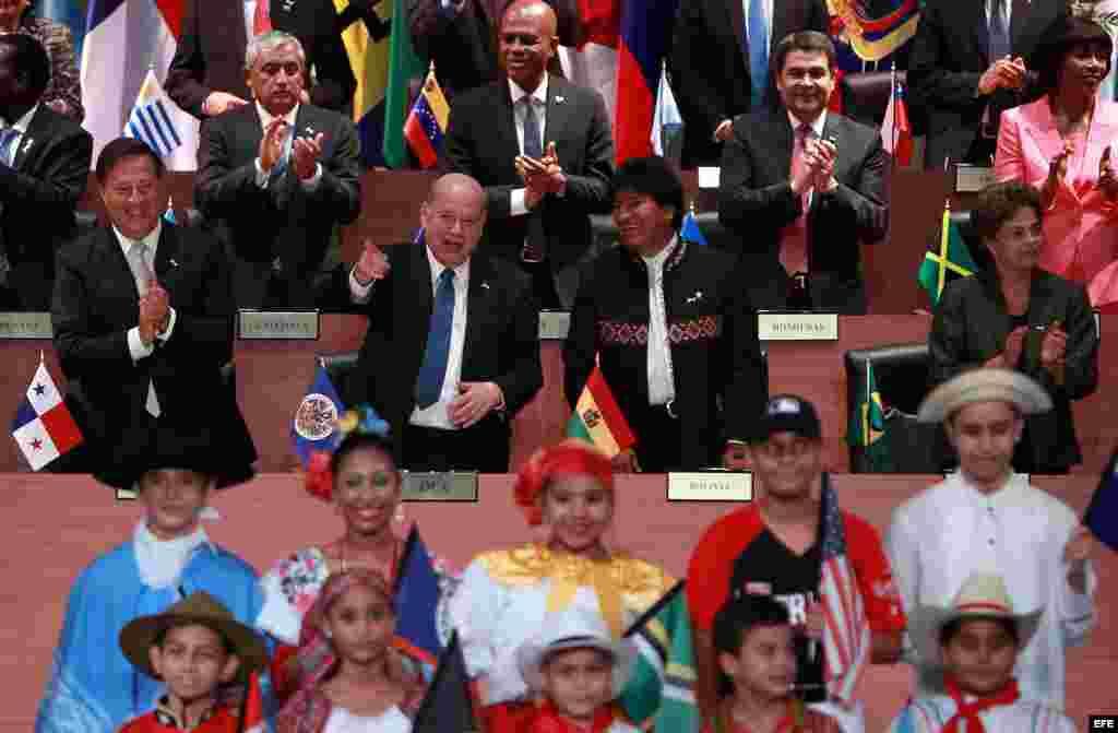 El presidente de Panamá, Juan Carlos Varela; el secretario general de la OEA, José Miguel Insulza; el presidente de Bolivia, Evo Morales; y la presidenta de Brasil, Dilma Rousseff (i-d), durante la inauguración de la Cumbre de las Américas (Panamá, 10 de abril, 2015).