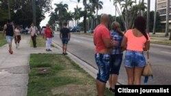 Clientes esperan en la avenida Rancho Boyeros por un taxi que los traslade hacia el Vedado o Centro Habana. (14ymedio).