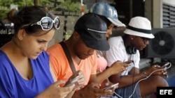 Un grupo de jóvenes navegan por internet desde sus dispositivos móviles en una de las zonas habilitadas con Wi-Fi en La Habana.