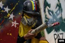 Manifestantes opositores se enfrentan con la Guardia Nacional Bolivariana.