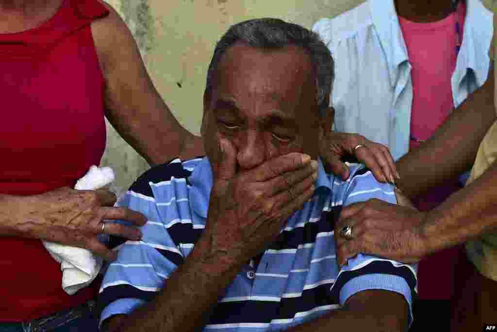 En Matanzas vecinos consuelan a un partidario de Castro, a la muerte de éste el 26 de noviembre de 2016.