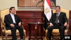 EL CAIRO (EGIPTO) 05/02/2013.- Fotografía del presidente iraní, Mahmud Ahmadineyad, y su homólogo egipcio, Mohamed Mursi, durante la reunión que celebraron en El Cairo,