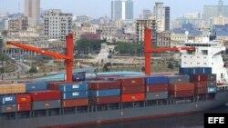 Un barco cargado de contenedores entra en la bahía de La Habana.