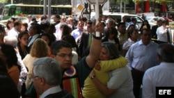 Habitantes de Ciudad de México obedecen las indicaciones de evacuación de alerta sísmica durante el movimiento telúrico que sacudió hoy, martes 20 de marzo de 2012, el sureste de México