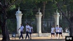 Estudiantes cubanos de Medicina se dirigen a su facultad. EFE/Alejandro Ernesto.