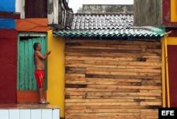 n hombre asegura un portón en su vivienda hoy, martes 04 de octubre, en la ciudad de Baracoa, en Guantánamo.