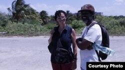 Coco Fusco con el artista del performance y activista cubano Amaury Pacheco, del grupo Omni-Zona Franca, en Alamar, La Habana.