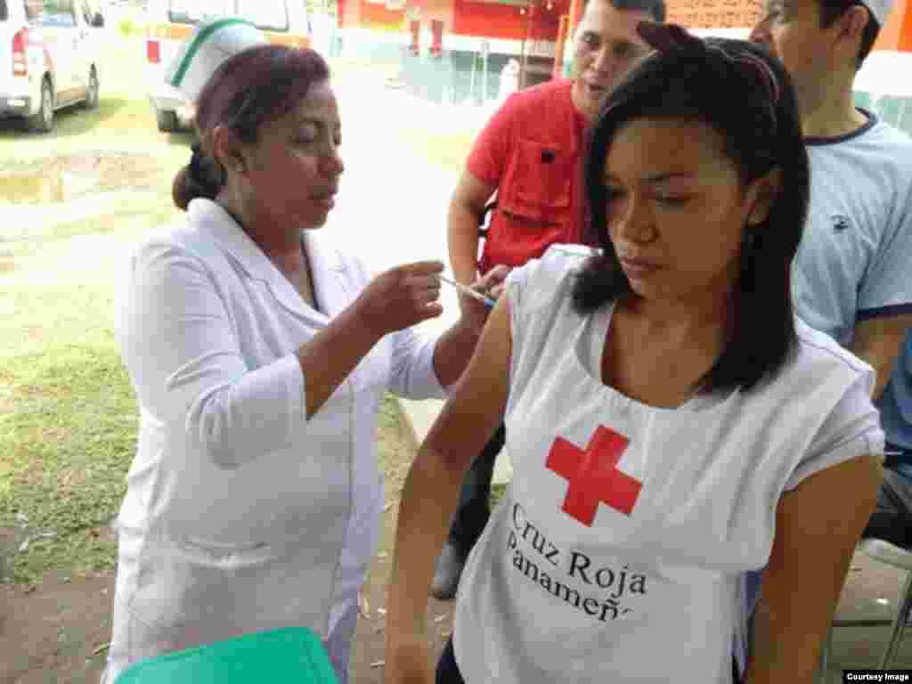 Inyectando a los voluntarios de la Cruz Roja de Panamá que laboran con los emigrantes de Cuba.