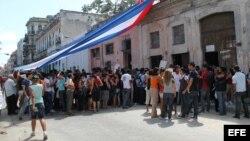 Foto de archivo - Turbas gritan consignas contra las Damas de Blanco, ante la sede del movimiento en Neptuno 963, Centro Habanaafuera de la casa de Laura Pollán, líder de este grupo femenino que reclama la libertad de los presos políticos en Cuba y donde