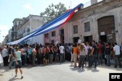 Turbas gritan consignas contra las Damas de Blanco en Centro Habana.