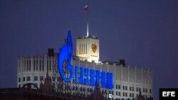 Vista del rótulo luminoso consorcio ruso Gazprom en un edificio delante del palacio de Gobierno ruso en Moscú, Rusia.
