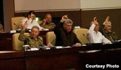 La unanimidad de los cementerios: la nueva ley de inversión extranjera no permite la libre contratación de profesionales cubanos.