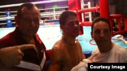 De izquierda a derecha, el entrenador cubano Pedro Roque; el boxeador Anthony Chacón y su entrenador físico Torres.