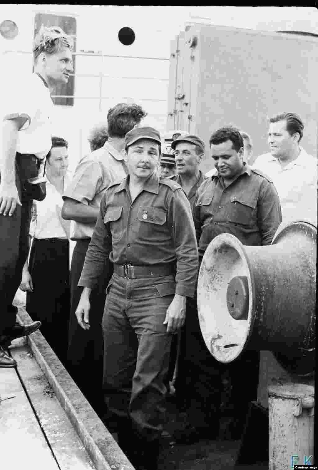 Raúl Castro en la cubierta del buque soviético Lgove