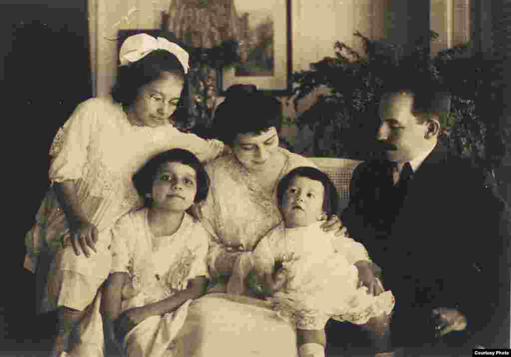 Concepción Chaves Figueredo, niña, consus padres y hermanos (segunda desde la izquierda)