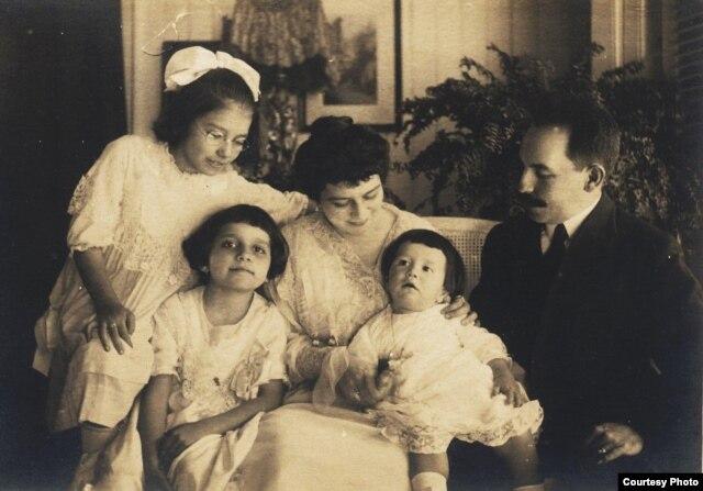 Concepción Chaves Figueredo, niña, con sus padres y hermanos (segunda desde la izquierda)
