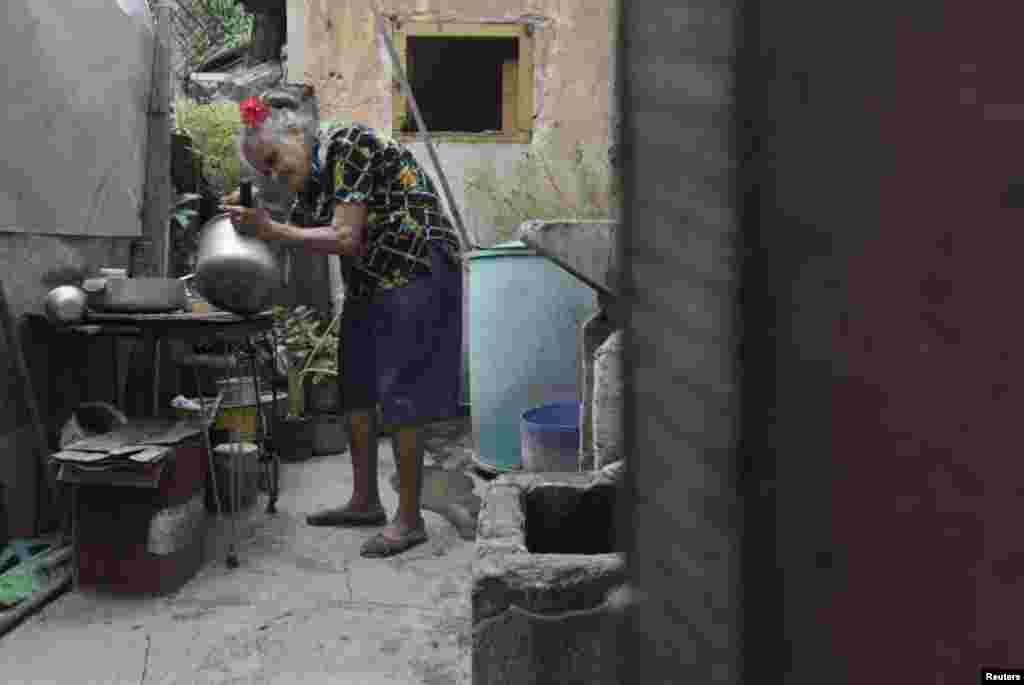 Emilia Rodríguez tiene 78 años y ha limpiado edificios públicos por más de tres décadas.