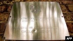 Una placa en la Embajada de Rusia en Londres.