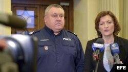 La gobernadora de la provincia de Subcarpacia Ewa Leniart (d), y el comandante de la Policía provincial en Rzeszów el inspector Krzysztof Pobuta (i), ofrecen una rueda de prensa.
