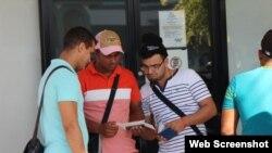 Cubanos revisan en Panamá sus boletos para viajar a México