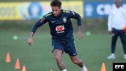 El jugador de la selección brasileña Neymar participa en un entrenamiento
