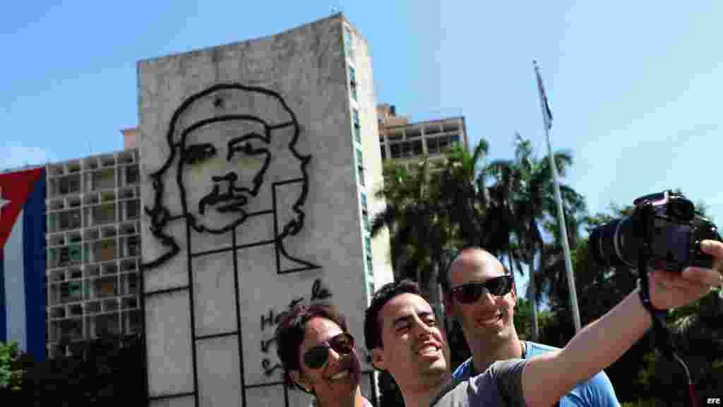 Turistas se toman fotos en la Plaza de la Revolución de La Habana.