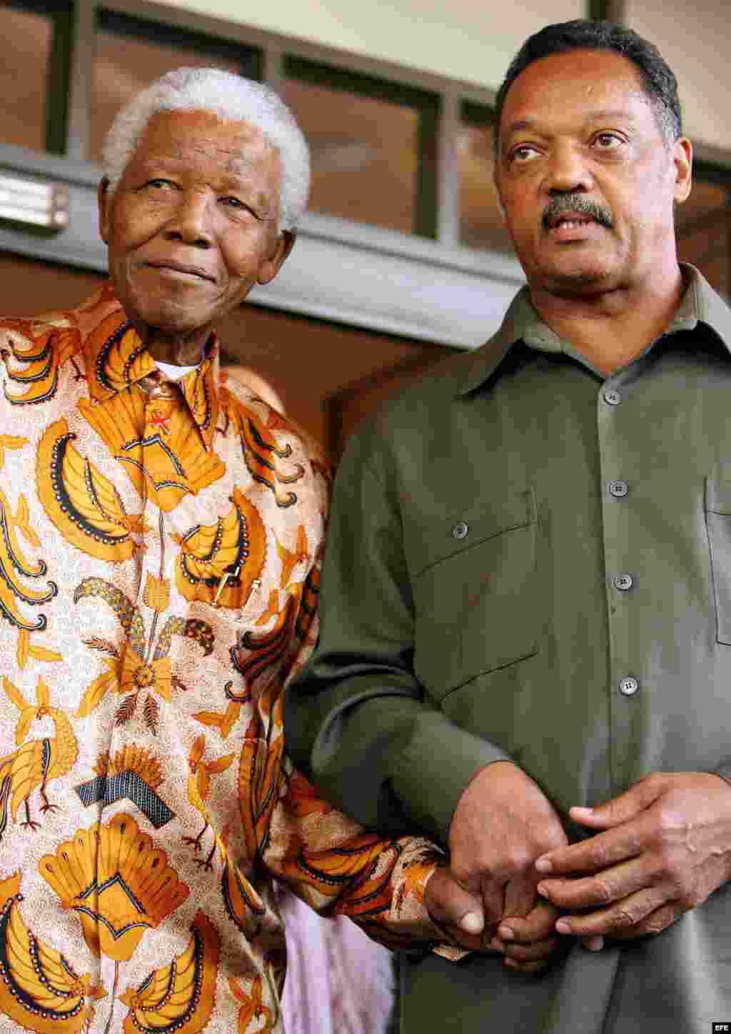 Nelson Mandela (i) junto al activista estadounidense Jesse Jackson (d), durante una reunión en Johannesurgo (Sudáfrica). Fotografía de archivo del 26 de octubre de 2005 del Premio Nobel de Paz sudafricano.