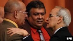 Marino Alberto Murillo Jorge (c), junto al entonces presidente del Banco Central de Cuba, Francisco Soberón (d), y al presidente de la Asociación Nacional de Economistas de Cuba (ANEC), Roberto Terrier en el 2009.