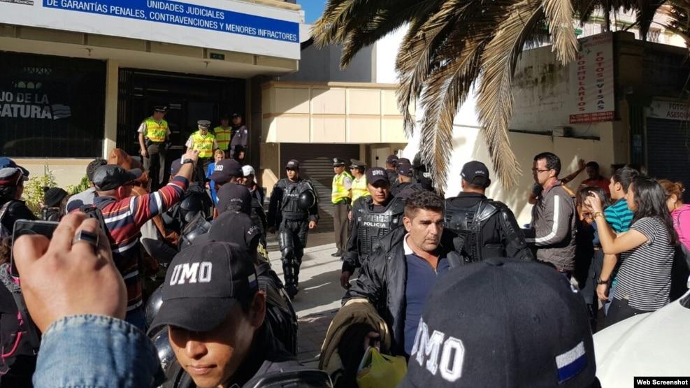 Manifestantes se plantan frente a unidad judicial en quito for Ministerio del interior ecuador