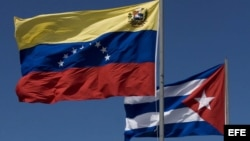 ARCHIVO. Las banderas de Cuba y Venezuela en la inauguración de los trabajos de instalación del cable de fibra óptica que aspira a convertirse en un sistema de comunicaciones independiente en la zona del Caribe.