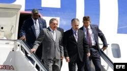 Raúl Castro (2i), desciende del avión presidencial. Archivo.