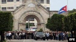 Cientos de personas asistieron al sepelio de monseñor Carlos Manuel de Céspedes, en el Cementerio Colón, en La Habana (Cuba).