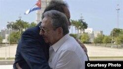 El candidato presidencial argentino Daniel Scioli y el general Raúl Castro se abrazan efusiva y emocionadamente en La Habana.