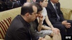 Francine Wheeler (2i) y David Wheeler (i), quienes perdieron a su hijo de 6 años Ben, durante reunión con senador demócrata Joe Manchin (c).