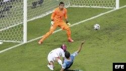 El defensa costarricense Oscar Duarte (i) remata para marcar el segundo gol ante el guardameta uruguayo Fernando Muslera (i), durante el partido Uruguay-Costa Rica, del Grupo D del Mundial de Fútbol de Brasil 2014.