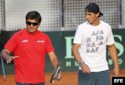 El tenista Rafael Nadal con su entrenador, Toni Nadal, durante un entrenamiento en 2013.