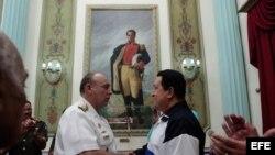 Fotografía cedida por el Palacio de Miraflores del presidente venezolano, Hugo Chávez (d), durante la ceremonia de toma de juramento del ministro de Defensa, Diego Alfredo Molero Bellavia.