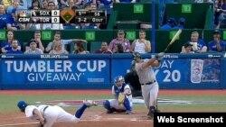 """José """"Pito"""" Abreu dispara su jonrón número 24 en la 5ta entrada. Con el 25 en la 7ma empató como líder de la MLB."""