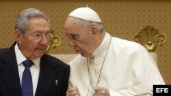Papa Francisco junto a Raúl Castro durante audiencia privada en el vaticano en mayo 2015