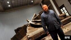El artista chino Ai Weiwei en frente de una obra suya titulada Template/ Imagen de archivo