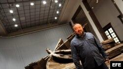El artista chino Ai Weiwei en frente de una obra suya titulada Template