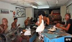 ARCHIVO. Varias personas trabajan en una zapatería estatal en La Habana. (Cuba).