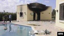 Vista de los restos carbonizados de un edificio del consulado estadounidense en Bengasi (Libia) hoy, miércoles 12 de septiembre de 2012. En un ataque lanzado anoche contra este consulado murieron el embajador estadounidense, Chris Steven, y otros tres com