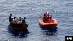 Fotografía que muestra el momento en que varios balseros cubanos son interceptados por los guardias estadounidenses a unas 82 millas al suroeste de Cayo. Foto de archivo.
