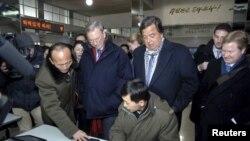 El ex gobernador de Nuevo México Bill Richardson (centro D) y el CEO de Google Eric Schmidt (centro I) en Corea del Norte.