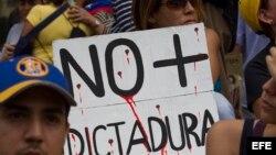 Un grupo de personas participa en una manifestación contra el Gobierno nacional, en Caracas.